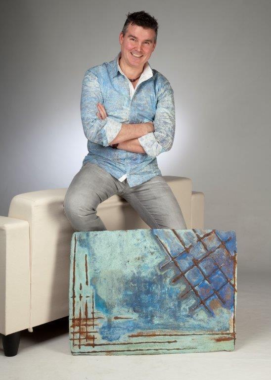 Der Künstler Sascha Hartwich trägt sein Kunstwerk als Männerhemd von Hartwich Menswear